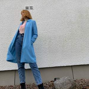 Fin ljusblå kappa från monki som endast är använd en gång. Strl S. Har du några funderingar är det bara att skriva!🥰