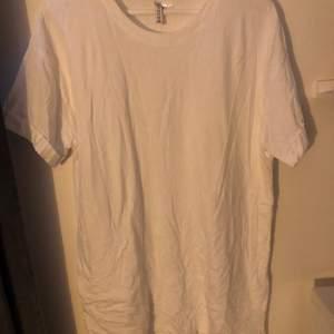Säljer en skitsnygg t-shirt klänning ifrån HM. (Lite skrynklig på bilden men kan skicka bättre bild). Den kommer tyvärr inte till så mycket användning men skitsnygg att ha sen i sommar. Stolek M 😊
