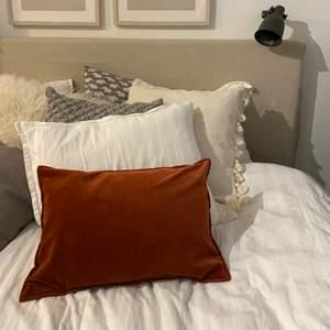 Jättefint kuddFODRAL i sammet från Mio! Storleken är 35x50 men har en kudde som är 30x50 inuti:) notera att det endast är fodralet och inte kudden som är till salu! Frakt tillkommer:)