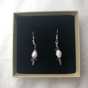 Nu säljer jag dessa handgjorda örhängena! Kolla in min profil för fler handgjorda smycken. Nickelfria så funkar för allergiska. 80 kr styck + frakt eller 2 för 150 kr (fri frakt). Örhängerna är gjorda av ametist och sötvattenpärlor. Vill du designa dina egna örhängen eller andra smycken så är det bara att skicka ett pm och så kan vi komma överens över något💕