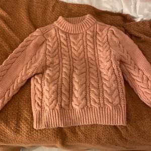 Rosa strixkad tröja, super skönt material och färg. Knappt använd jättefint skick. Säljer för jag fick den i julklapp coh den inte riktigt är min stil. Nypris 299kr