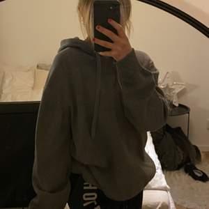 Skit fin mörk grå tyngre stickad hoodie,