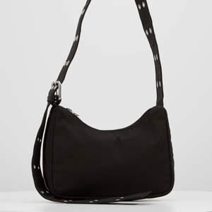 Säljer min söta weekday väska, pga inte min stil längre💞 för andra bilder skriv +onesize