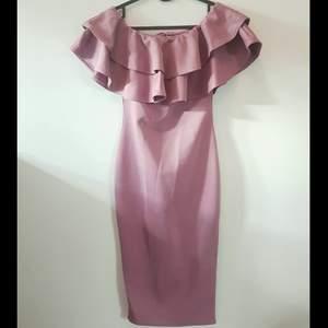 Tajt, snygg Boohoo klänning:  Dixie Bardot Layered Frill Detail Midi Dress, färg: Mauve (malvafärgad, blek/ljus lila).   SLUTSÅLD. Oanvänd! 😍 (Endast provad, har stl 36)        Nypris 324 SEK + frakt.            Säljer för: 200 SEK + (frakt 66 kr, spårbart paket).