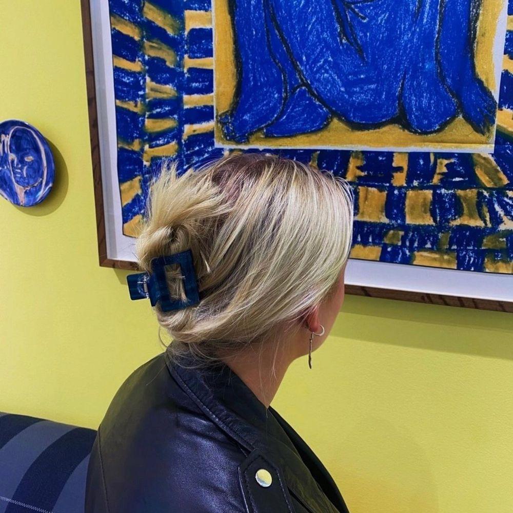 Säljer nu denna blåa hårklämma. Sitter perfekt i halva håret eller i hela håret för oss med tunt hår (sista bilden). Köpare står för frakt 22 kr.. Accessoarer.