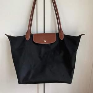 Säljer min svarta Longchamp väska, då den inte kommer till användning. Väskan är i bra men använt skick. 💓