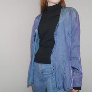 Tunn jättecool skjorta i duokromt tyg, så den skiftar lite mellan blå, mörkblå och lila typ! Modell är min syster, 166cm lång, brukar ha xs/s i kläder. Pris och frakt kan alltid diskuteras vid snabb affär! ;) Bara att höra av sig för fler bilder
