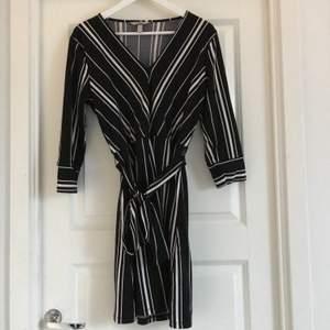Fin randig klänning med trekvartsärm!