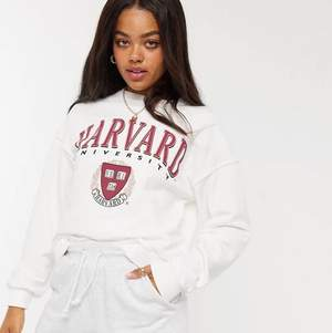 Säljer denna fina sweatshirt från Asos, helt ny, lappar kvar, i storlek XS då den var för liten. Helt slutsåld på hemsidan. Nypriset är runt 300 jag säljer för 120 kr. Köparen står för frakten❤️