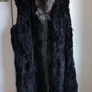 Strl ungefär L bröstmåt: ca 56 cm längd: ca 100 cm svart