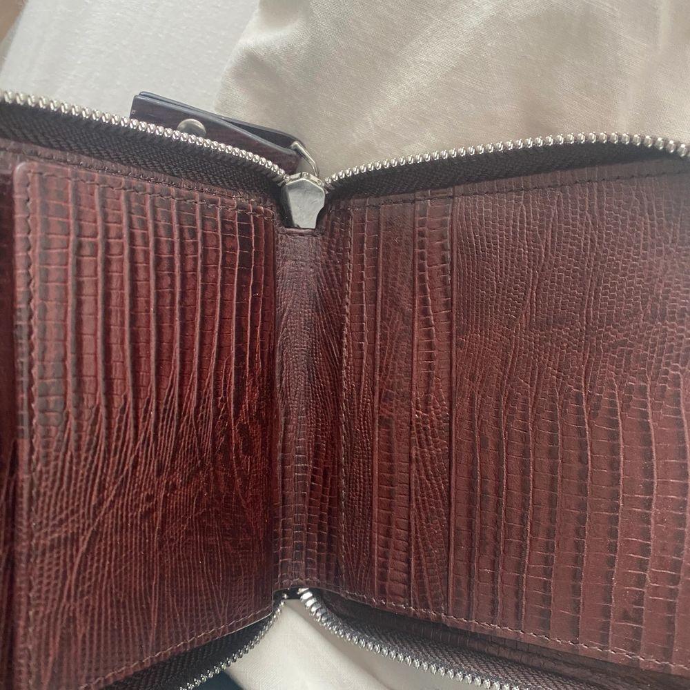 Väldigt stilren mörkröd/brun Whyred plånbok med många fack inuti! . Accessoarer.