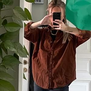 Jättefin manchesterskjorta i storlek M, köpt på Urban Outfitters. Använd kanske 3-4 gånger. Den är lite ljusare än vad som syns på bilderna, vill man ha extra bilder är det bara att skriva till mig! Köparen står för frakten som tillkommer 💖