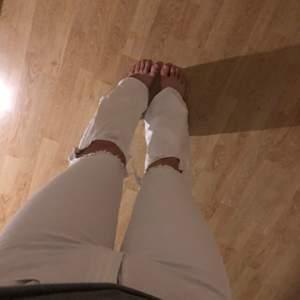 Säljer mina nästan helt oanvända vita vida jeans. Säljer pga att de blivit för små..