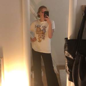 Skit cool gammal T-shirt och har ingen aning om varifrån den är:( storlek M/L står det på lappen och skulle nog hålla med! Frakt tillkommer:)