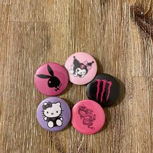 Nya coola pins, 10:-/st eller 50:- för alla på bilden 🖤 Vi trycker även costum made pins, skriv om ni är intresserade. Vi har fler pins uppe på profilen 🌼