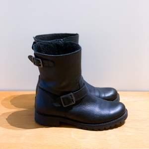 Fodrade biker boots med snygga detaljer. Väldigt bra skick, sparsamt använda förra vintern. Kan tyvärr inte ha dem efter att ha opererat foten, men älskar dem. Jättesköna och varma. Bra sula. Dragkedja på insidan skon. Nypris 1,300kr.