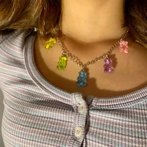 Handgjorda fina halsband med gummibjörnar i olika färger💕 man kan välja längd på kedjan och gummibjörns berlockerna