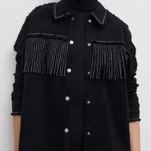 Säljer denna riktigt snygga skjortan/jackan! Använt två gånger, men inte riktigt min stil.