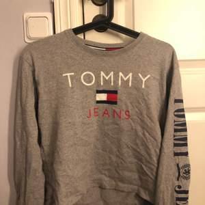 Tröja från Tommy Hilfiger Jeans i storlek XS. Använd ett fåtal gånger. Skriv för fler bilder!! 💫