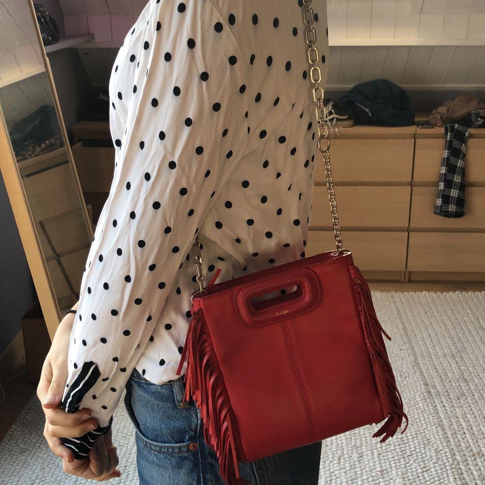 SVART. säljer min lilla svarta maje väska som är samma storlek som den röda på bild 2. Nypris 2200kr och den är aldrig använd då ja har flera majeväskor. 1500kr+ frakt. Pris kan diskuteras. Väskor.