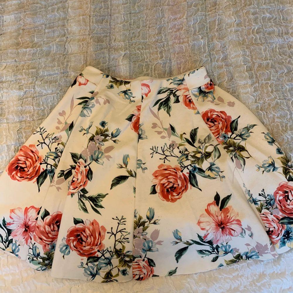 Jättefin kjol från Bersha strl xs. Kjolar.
