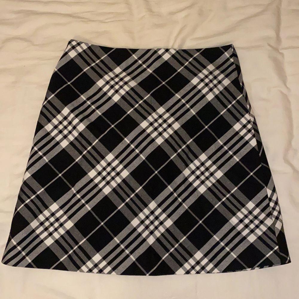 En vit svart rutig kjol från New Yorker. Använd fåtal gånger men tycker den sitter lite tajt. Frakt 50kr. Kjolar.