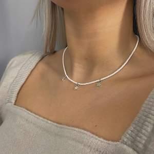 Ett snyggt, trendigt, handgjort halsband från kollektionen stjärnfall. Finns även med guld stjärnor