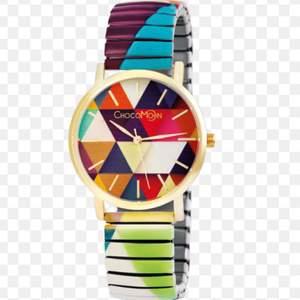 Helt ny klocka som är mycket lämplig för sommaren......Size (Žÿ): 36mm Strap circumference (minimum): 160mm Strap diameter (Žÿ - minimum): 57mm Strap width: 18cm Weight: 45g Material: metal, mineral glass Colour: multicolour Jag köpte den för 57 euro i februari i år och säljer den nu för 600 kr