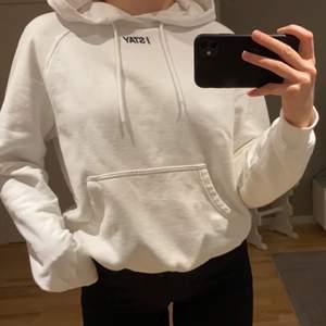 Vit hoodie från Carlings i storlek S. Den är i mycket bra skick då den knappt är använd. Nypris 400kr, säljer för 150kr (köpare står för frakt)