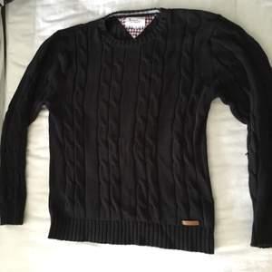 En skön stickad bondelid tröja i storlek S, dock är den stor i storleken och passar även M väldigt bra