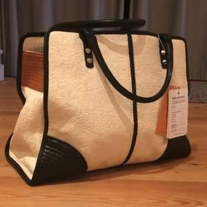 Säljer denna supersnygga Rebecca minkoff väskan. Den är i toppskick och nypriset på den är 9380kr. Dustbag medföljer. Modellen heter Sienna Leather-Trimmed Straw Tote Bag. Pris kan diskuteras vid snabb affär.