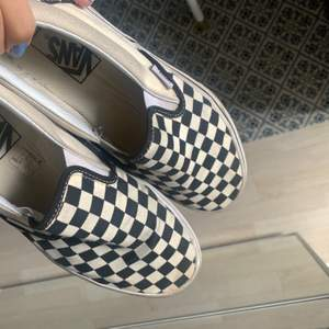 Classic slip-on skor från Vans, välanvända och lite skitiga men går lätt att putsa upp så som blir snyggare. Köpta för 650 och säljer nu för 200kr i storlek 40,5🖤 frakt tillkommer