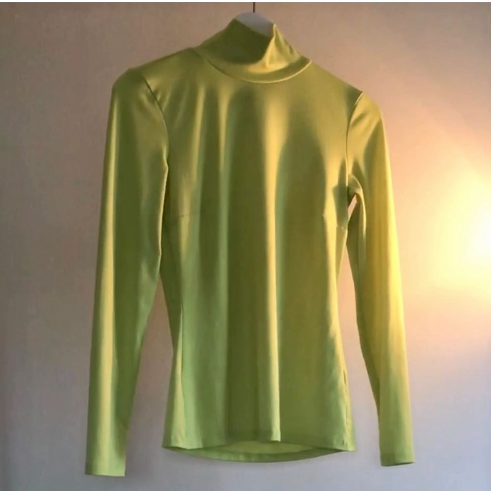 Neon green / yellow turtleneck top from NLY Trend size S. Super soft material, best color representation on last photo. Toppar.