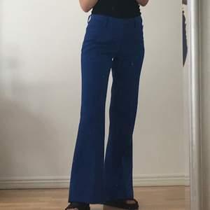 Blåa utsvängda kostymbyxor köpta second hand. Sry för smutsig spegel på bild 1
