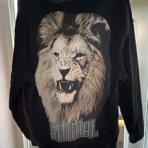 Ascool oversized svart hoodie med ett lejon på baksidan och silvrig text från Nydén. 😋