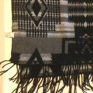 Stor mysig halsduk med fint mönster! Köpt i Australien så osäker på märke. Använt skick men mkt kvar att ge! Frakt betalas av köpare