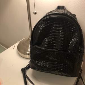 Säljer en felfritt svart Victorias Secret mini backpack. Rymmer en stor mobiltelefon, en plånbok samt en liten bok, (dessutom har en liten ficka som fungerar bäst för nycklar). Den är använd ett fåtal gånger, köpt för 1100kr. Kan skicka fler bilder.