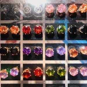 Super fina örhängen i olika färgade stenar och är rostfria. Helt nya, 19kr /par + frakt 11. Diameter: 0,7cm