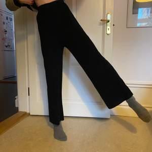 Assnygga högmidjade och lite vida byxor i mjukt ribbat material (akryl) från Fashion Union. Storlek 34 men skulle snarare säga 32 eller XXS. (Jag är 168 cm lång).