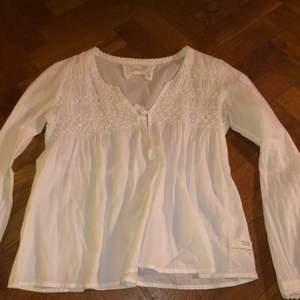 En odd Molly blus i vitt tyg, med knytbar öppning vid bröstet. I storlek 2 (funkar för Small och medium) bra skick! Originalpris : 1200kr