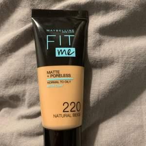 Fit me fondation från Maybelline. Säljes pga passar ej min hudton. Färgen 220, natural beige. Endast swatchad lite på handen! Köparen står själv för frakt på 22kr