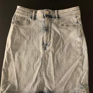 Jätte skön och fin kjol från Ginatricot. Stretchigt material, i jätte bra skick och aldrig använda. Köpte dessa för 6 månader sen