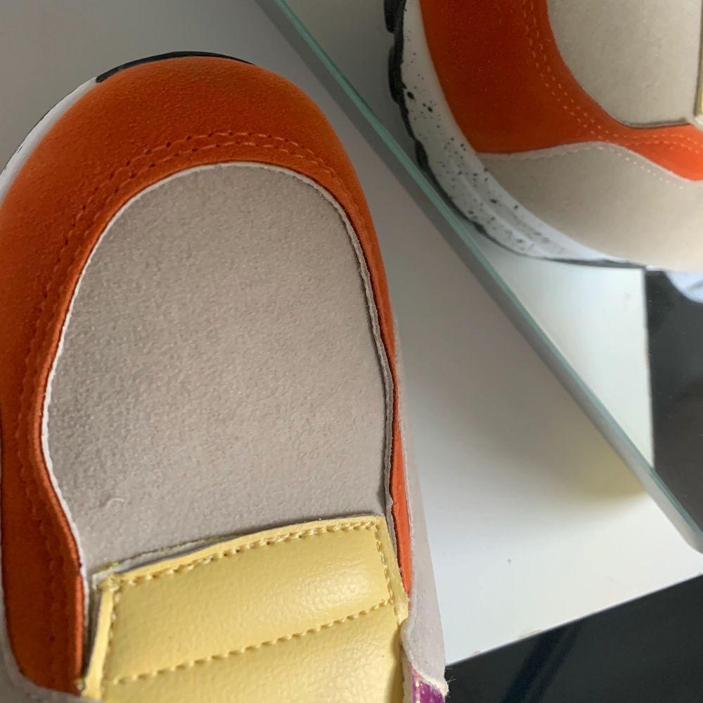 Sköna skor i olika färger, sitter väldigt bra och är sköna att gå i!. Skor.