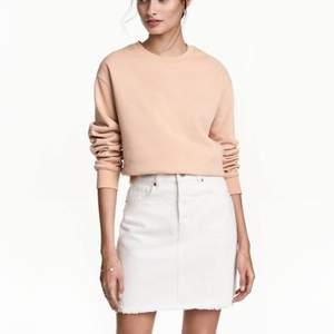 Jeans kjol i vit färg, säljer samma modell fast i denim också i samma storlek o pris. Passar xs/s  i nytt skick båda två
