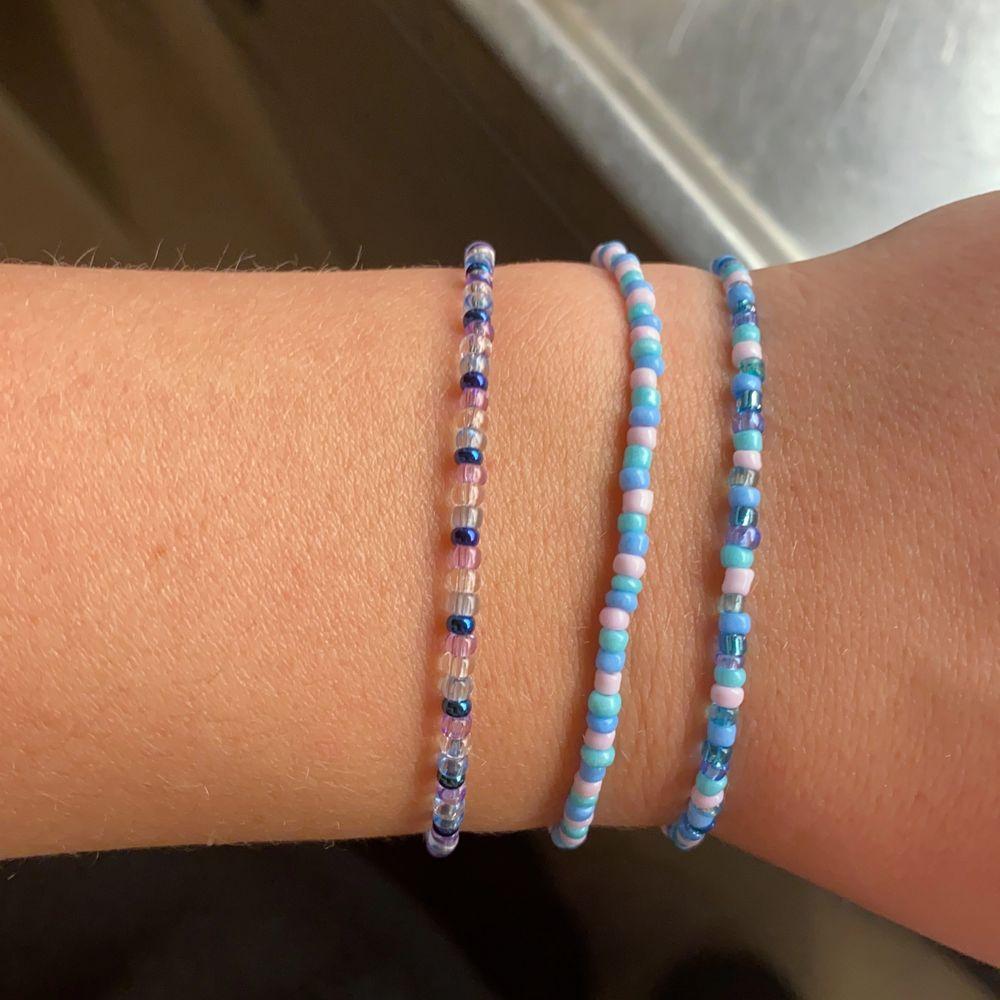 Säljer armband som jag gjort själv. Kan göra nya armband i andra färger efter önskning. Kontakta mig för frågor, har även små hjärtan och blommor i olika färger. 25kr inkl frakt.. Accessoarer.