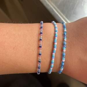 Säljer armband som jag gjort själv. Kan göra nya armband i andra färger efter önskning. Kontakta mig för frågor, har även små hjärtan och blommor i olika färger. 25kr inkl frakt.