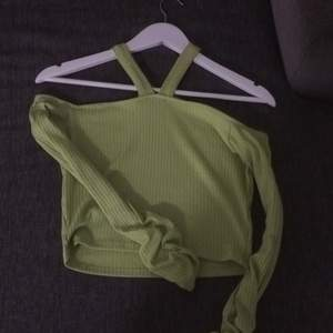 Jättefin tröja från fashionnova aldeig använd