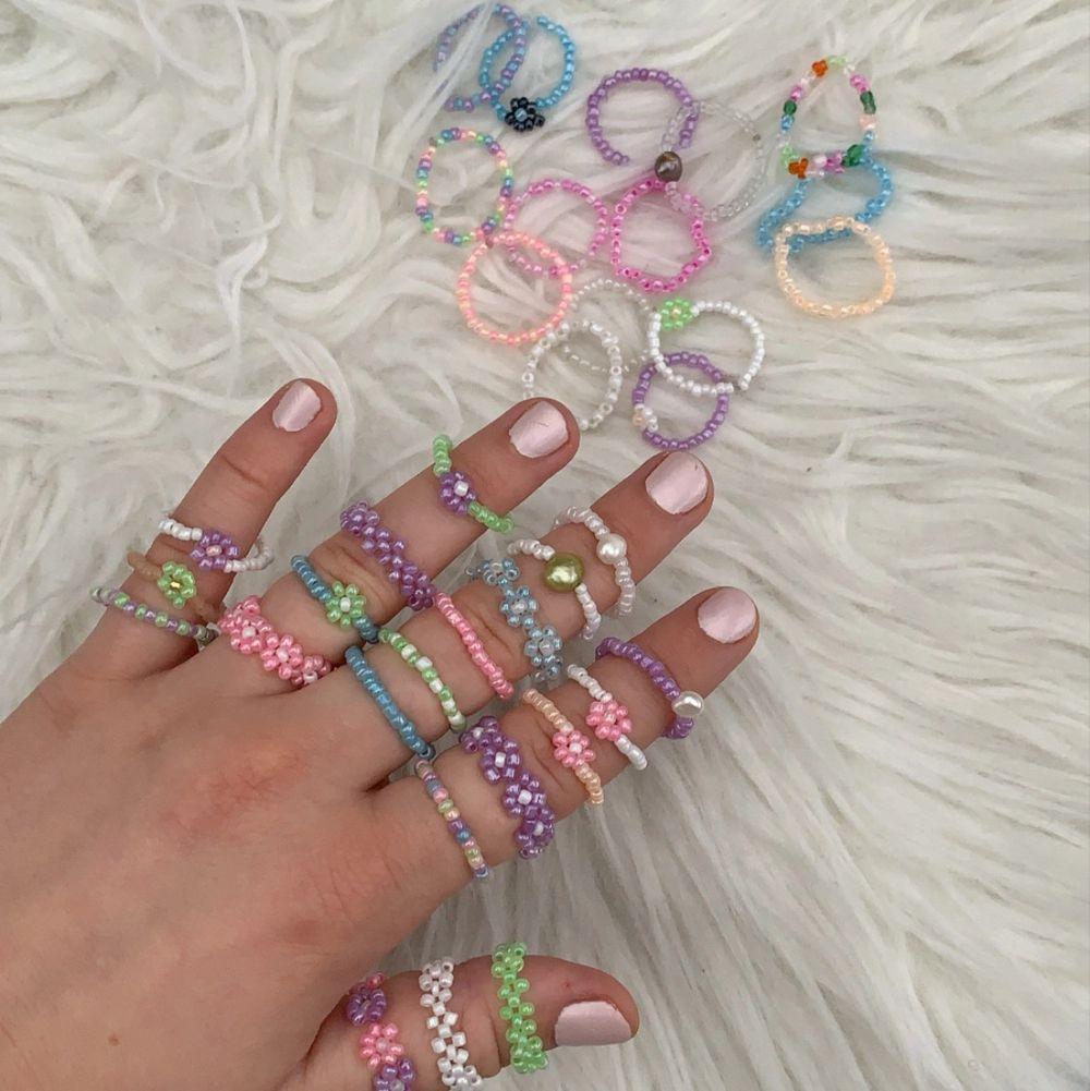 Följ gärna min Instagram @aliceruthjewelry                     Ny annons på ringarna! Alla finns då jag gjort nya😊    Vanliga ringar 20kr🦋                                                            Ringar med en blomma eller sötvattenspärla 30kr💛         Ringar med bara blommor eller flätade 50kr✨. Accessoarer.