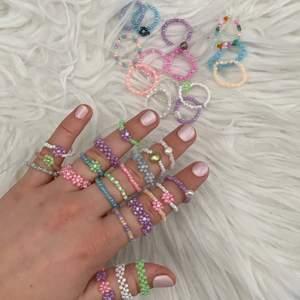 Följ gärna min Instagram @aliceruthjewelry                     Ny annons på ringarna! Alla finns då jag gjort nya😊    Vanliga ringar 20kr🦋                                                            Ringar med en blomma eller sötvattenspärla 30kr💛         Ringar med bara blommor eller flätade 50kr✨