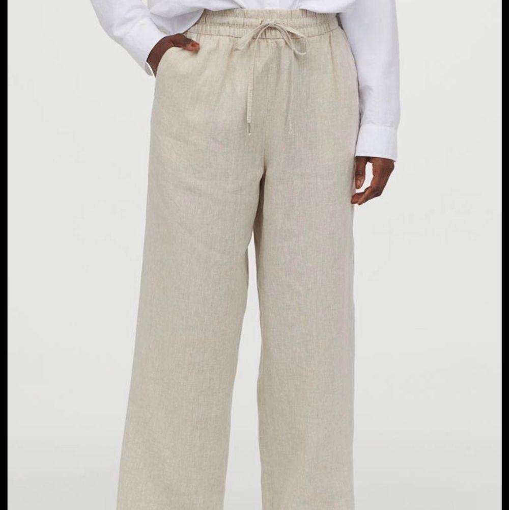 Nästan exakt sånna linnebyxor som på bilden, säljer då de inte kommer till användning. Super snygga, storlek S. Köparen står för frakt❤️passar xs-m. Jeans & Byxor.